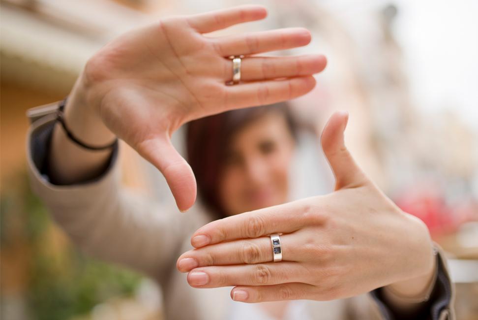 Mujer encuadrando la imagen con sus manos